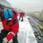 Очистка кровли от снега, наледи в Киеве