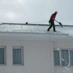 Уборка снега с крыш, удаление сосулек